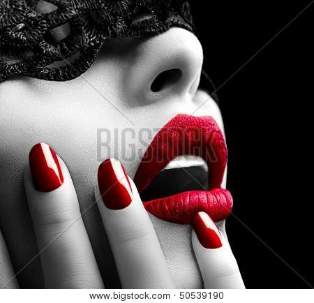 Mooie vrouw met Black Lace masker over haar ogen. Red Sexy lippen en nagels close-up. Open mond. Man