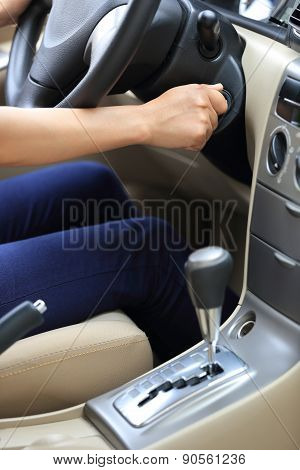 woman driver starting the car
