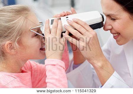 optician with pupilometer and patient