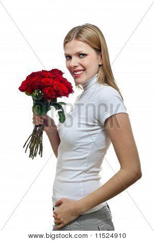 Bela jovem com um monte de rosas