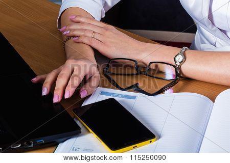 female hands on the desk