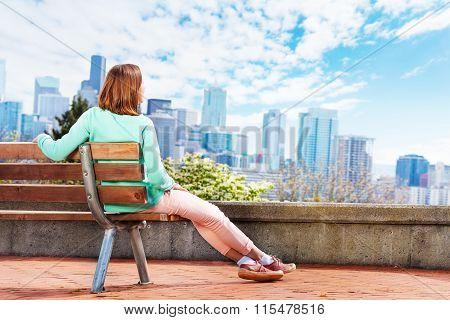 Young woman enjoy Seattle downtown view