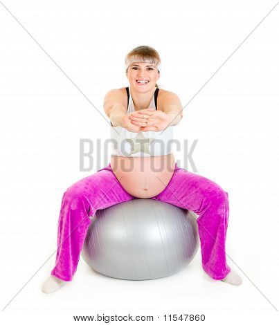 Lächelnd schöne schwangere Frau Übungen auf Fitness-Ball, isolated on white
