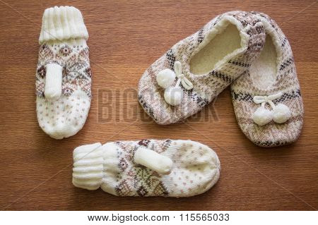 Knitted slippers with pompoms and mittens