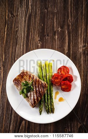 Grilled beefsteak and asparagus