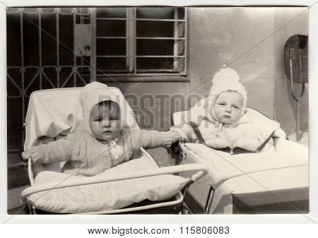 Vintage photo shows babies in prams (baby carrieges)