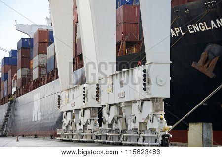 Super Post Panamax cranes at the Port of Oakland, base of unit