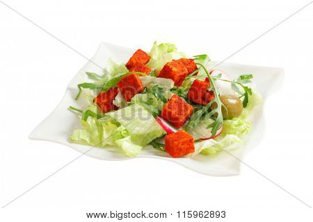 Fresh vegetable salad with diced paprika-coated cheese