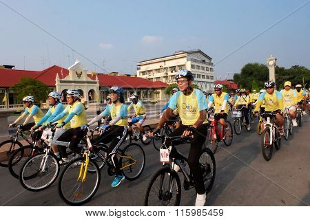 chachoengsao, THAILAND - DECEMBER 11, 2015: Many people cycing in the event BIKE FOR DAD in chachoe