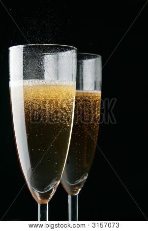 Gläser Champagner über schwarz