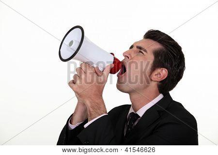 Homem gritando em um megafone