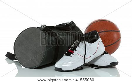 saco de ginásio com basquete e sapatos