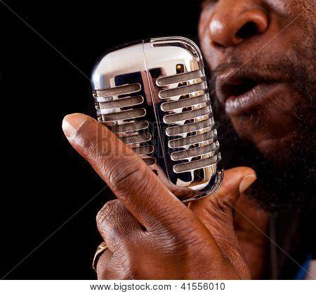 Cantor Rasta com microfone