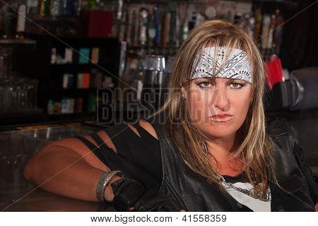 Frau in Halstuch in einer bar