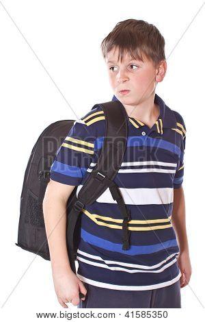 Estudiantes descontentos con una mochila escolar