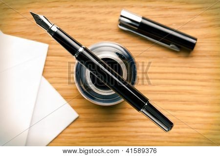the fountain pen and inkwell on desk