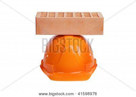Tijolo deitado sobre o capacete