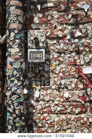 Chewing gum wall in Verona