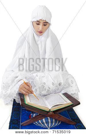 Muslim Woman Reads Kuran 1