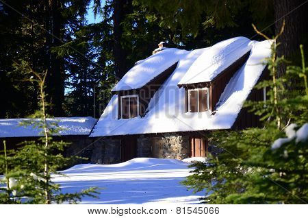 Winter cottage at Crater Lake Visitor Center in Oregon