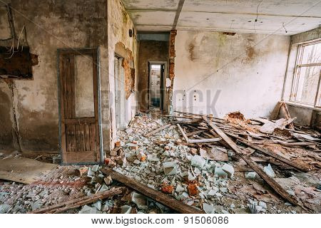 Dilapidated Abandoned House In Chernobyl Resettlement Zone. Chor