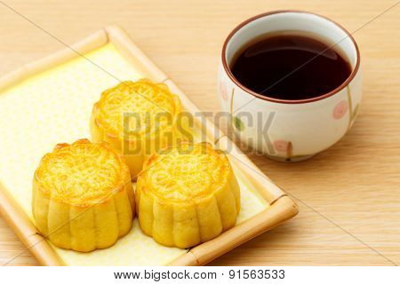 Chinese traditional mooncake and tea