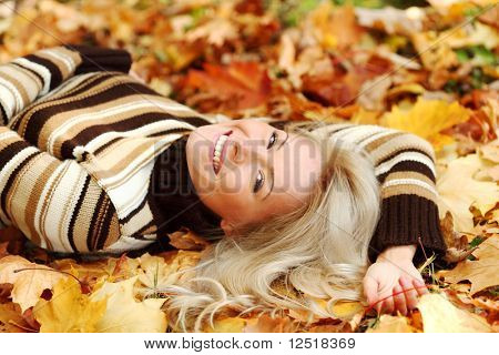 woman portret in autumn leafs