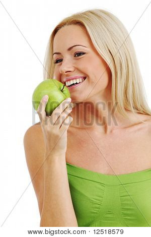 mujer rubia comer manzana verde
