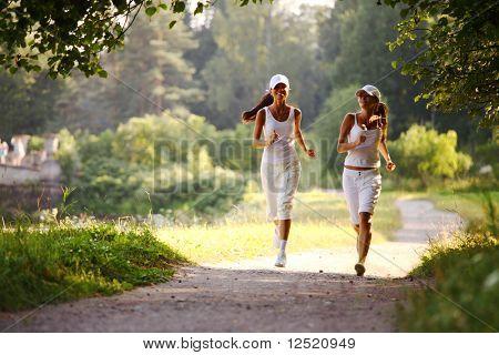 Frauen führen von sonnigen park