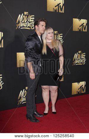 LOS ANGELES - APR 9:  Hugh Sheridan, Rebel Wilson at the 2016 MTV Movie Awards Arrivals at the Warner Brothers Studio on April 9, 2016 in Burbank, CA