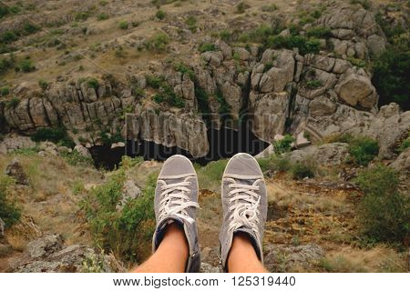 Photo Male Legs In Gumshoes On The Background Of Canyon