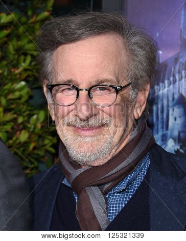 LOS ANGELES - APR 05:  Steven Spielberg arrives to the Wizarding World of Harry Potter Opening  on April 05, 2016 in Hollywood, CA.