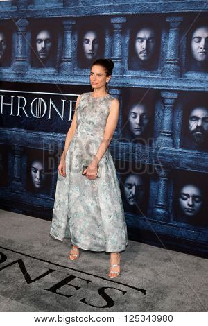 LOS ANGELES - APR 10:  Amanda Peet at the Game of Thrones Season 6 Premiere Screening at the TCL Chinese Theater IMAX on April 10, 2016 in Los Angeles, CA
