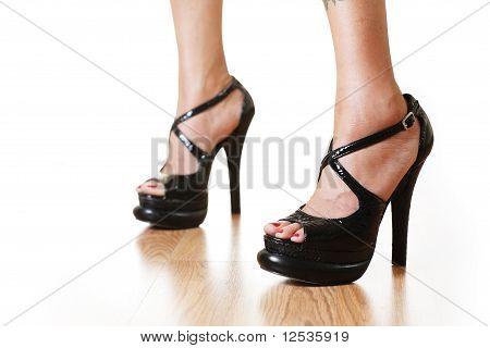 Weibliche Beine auf High Heels weiß