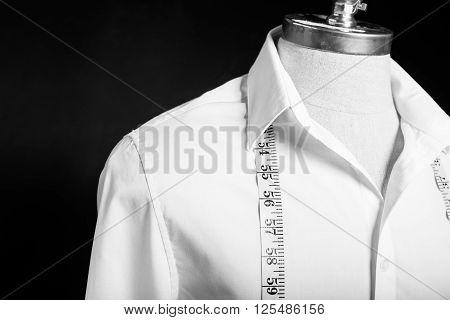 Shirt on maneken with white measurement tape