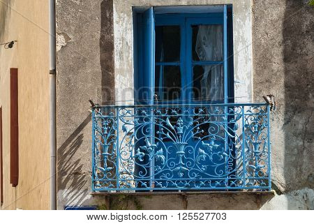 Montagnac (Languedoc-Roussillon France): blue window and balcony