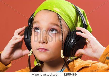 Niño escucha música