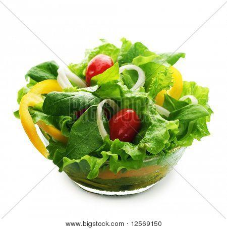 Ensalada saludable sobre blanco