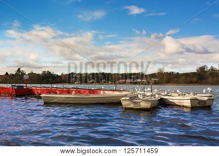 Boats at Linlithgow Loch on a sunny day