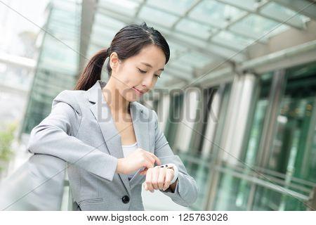 Buisness woman use of smart watch