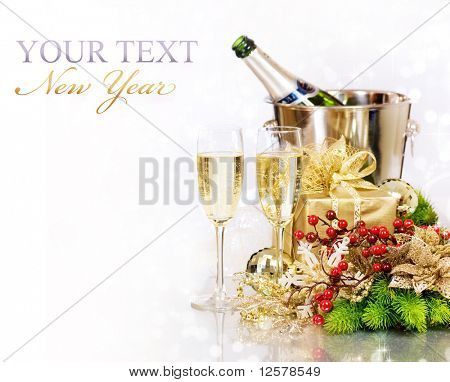 Champagne y Gifts.New año Celebration.Isolated en blanco