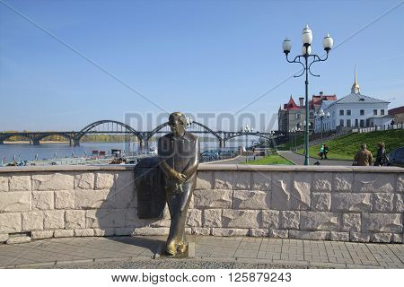 RYBINSK, RUSSIA - SEPTEMBER 26, 2015: View of the monument to the poet L. I. Oshanin on the embankment of the Volga river. The landmark of Rybinsk