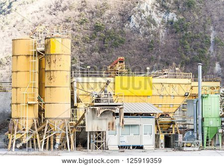 Plant for the production of concrete. With various types of silos.
