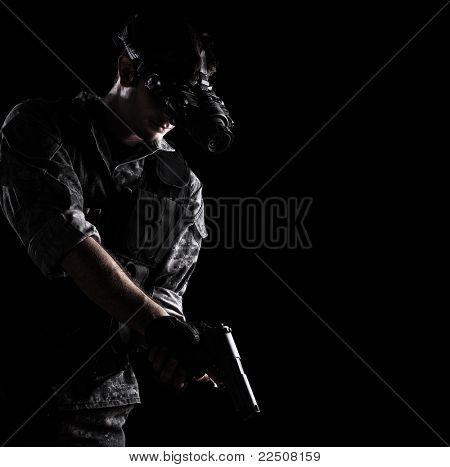 soldado vestindo uniforme de camuflagem urbana com night vision goggles, armados com uma pistola em preto backgro