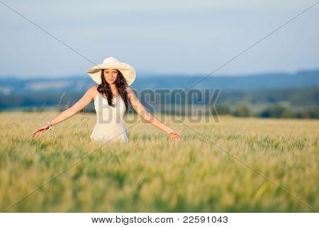 Sonnenuntergang Mais Feld schöne Brünette Frau Walk