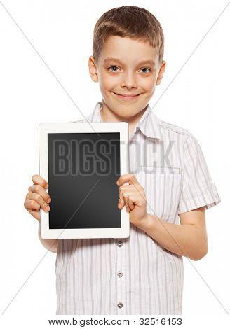 Criança com um tablet pc. Menino jogando no tablet isolado no fundo branco