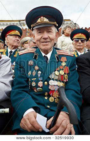 Moscou - 9 de maio: Veterano de Guerra Mundial sorrindo Shishkin V.I. na celebração do dia da vitória, 9 de maio de 2011,