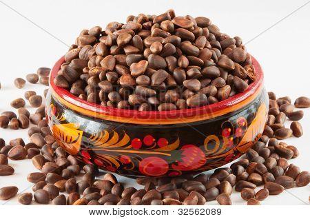 Sortiment Tasse gefüllt mit Pinienkernen