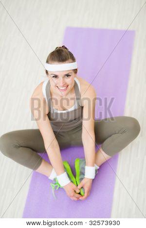 Retrato de mulher saudável feliz no ginásio