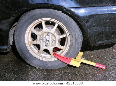 Cerradura de la rueda en un automóvil estacionado ilegalmente en Brooklyn, Nueva York